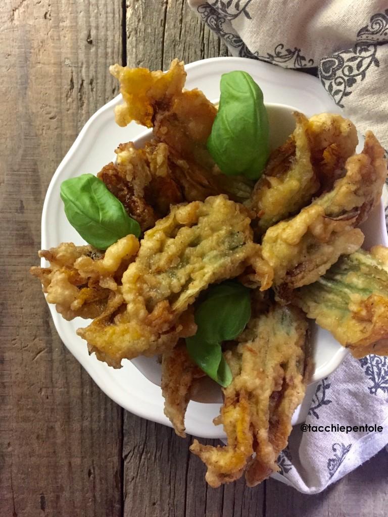 Fiori di zucca fritti con mozzarella e acciughe