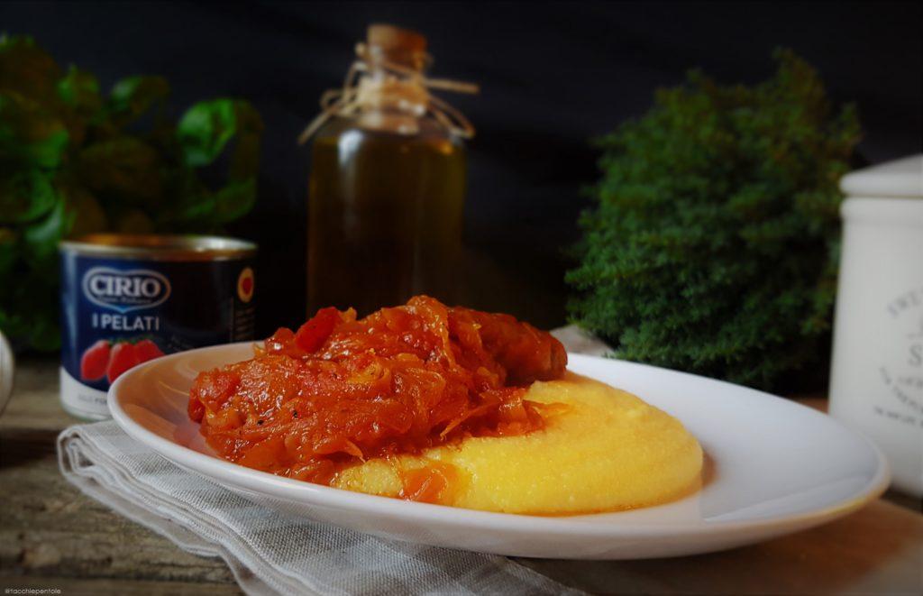 SALSICCIA, CIPOLLA al pomodoro con polenta