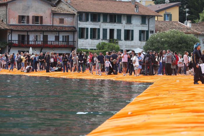 L'apertura al pubblico di The Floating piers, la passerella dell'artista bulgaro Christo sul lago di Iseo, nel Bresciano, 18 giugno 2016. ANSA/FILIPPO VENEZIA