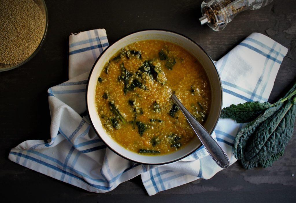 zuppa di quinoa con zucca e cavolo nero