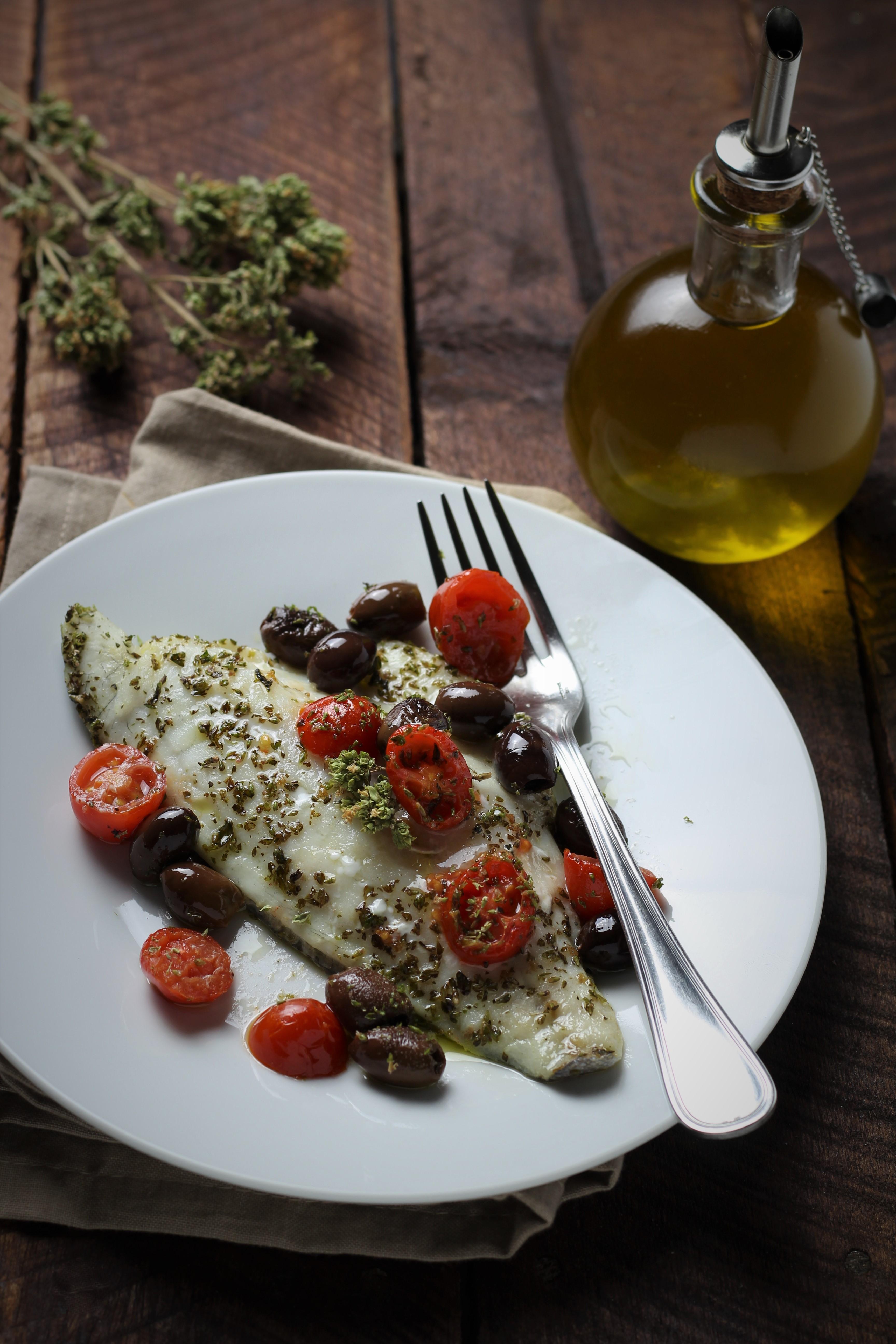 Filetti di branzino al forno con olive taggiasche e for Cucinare branzino