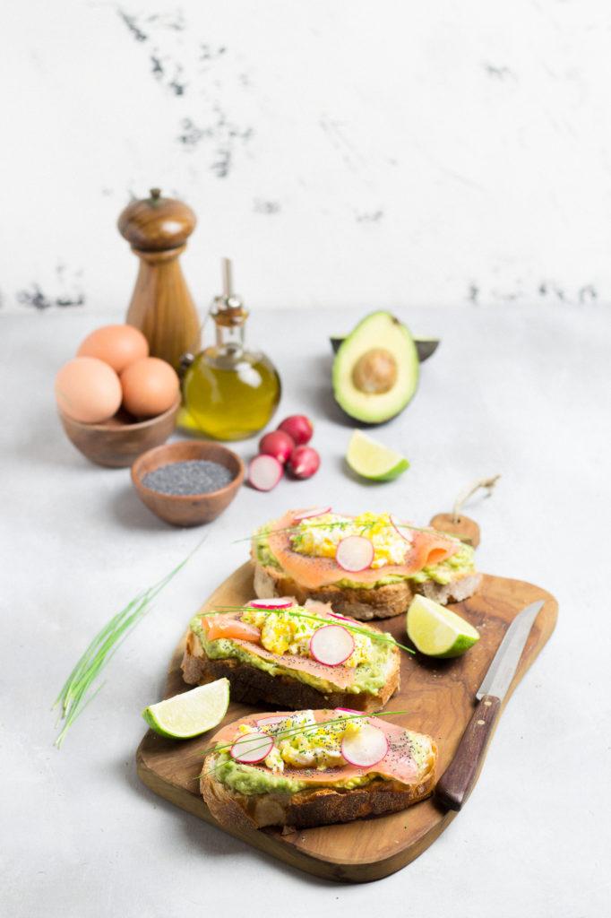 Avocado toast con salmone e uovo strapazzato