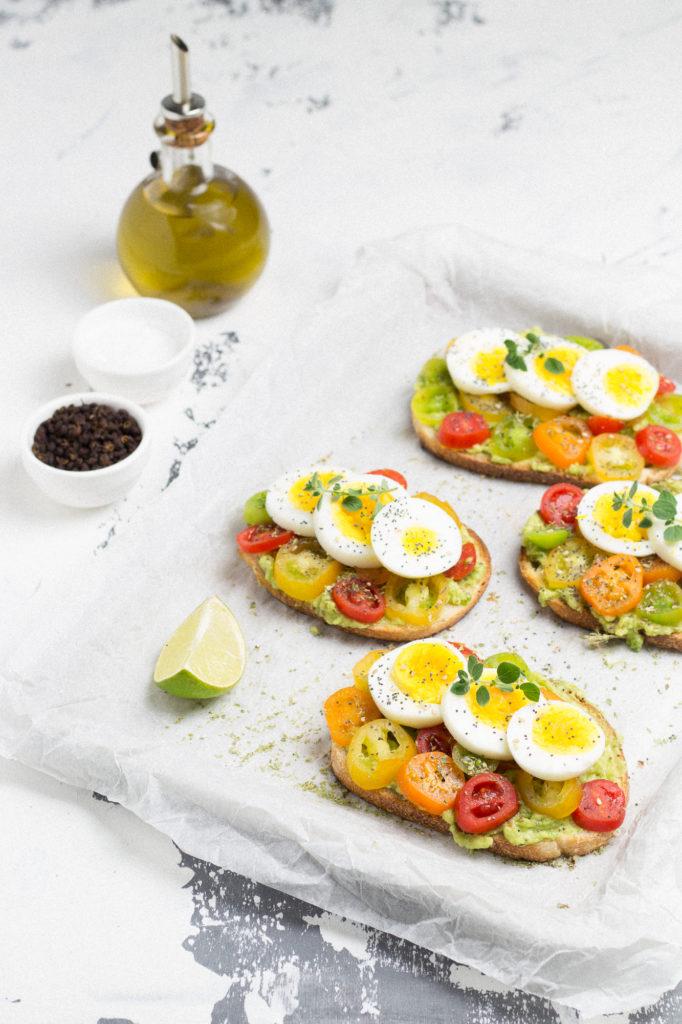 Avocado toast con uovo sodo, pomodorini e origano