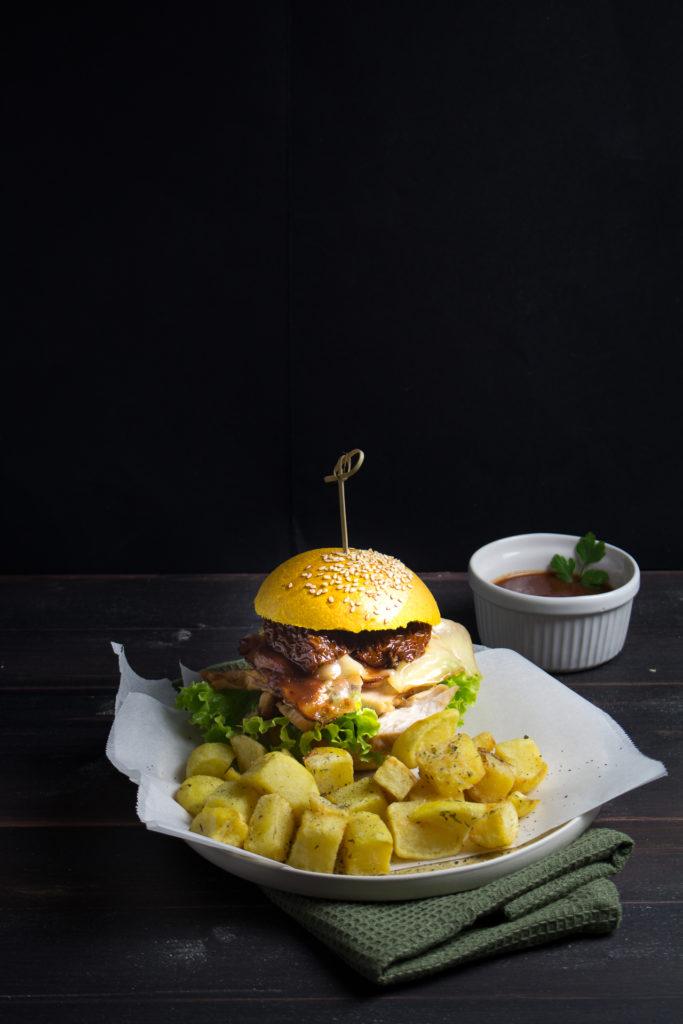 Yellow chicken burger con spinacine