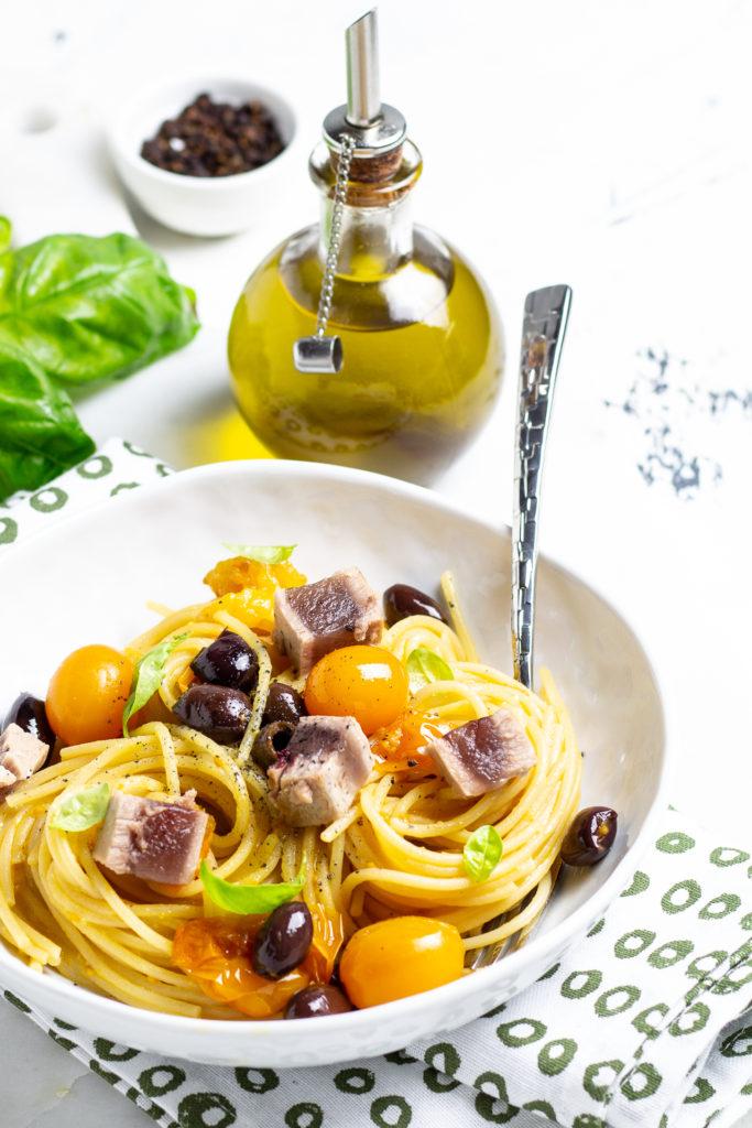 spaghetti con tonno fresco, olive e pomodorini gialli