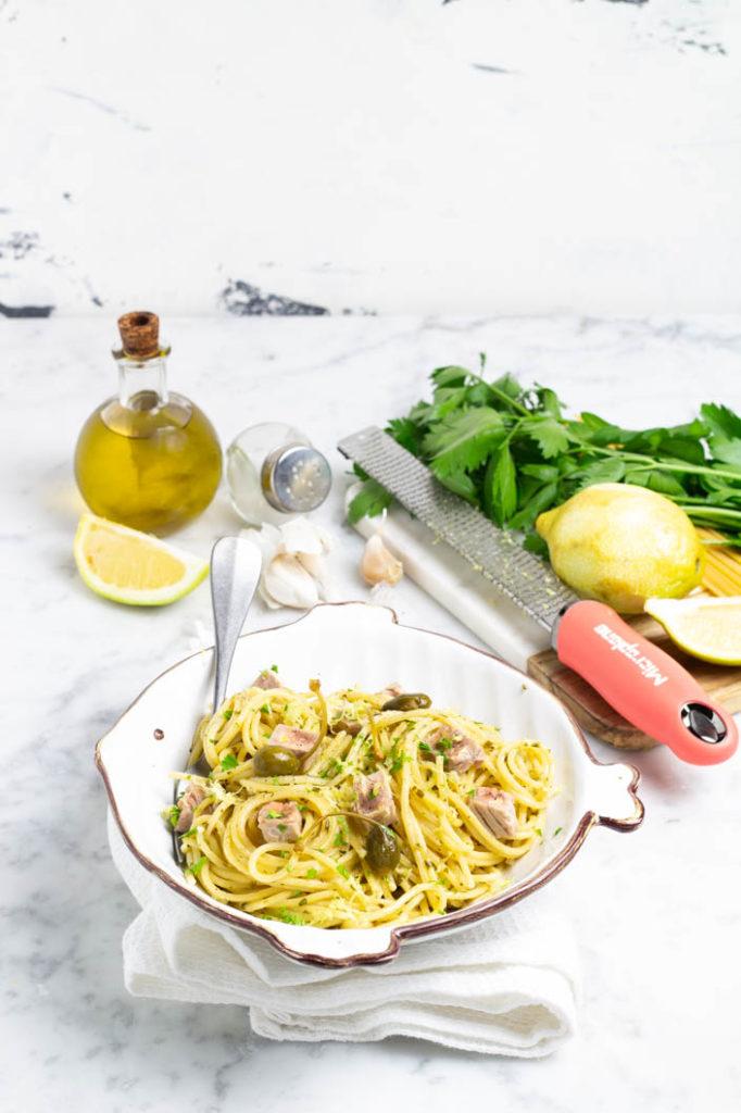 spaghetti con pesto di capperi, tonno fresco e limone