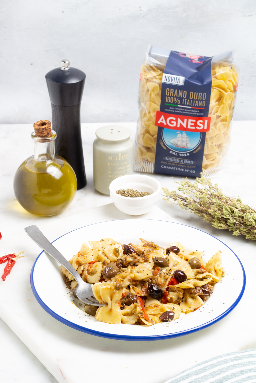pasta con sgombro sott'olio, olive e capperi