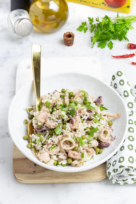 Insalata di riso con piselli e calamari