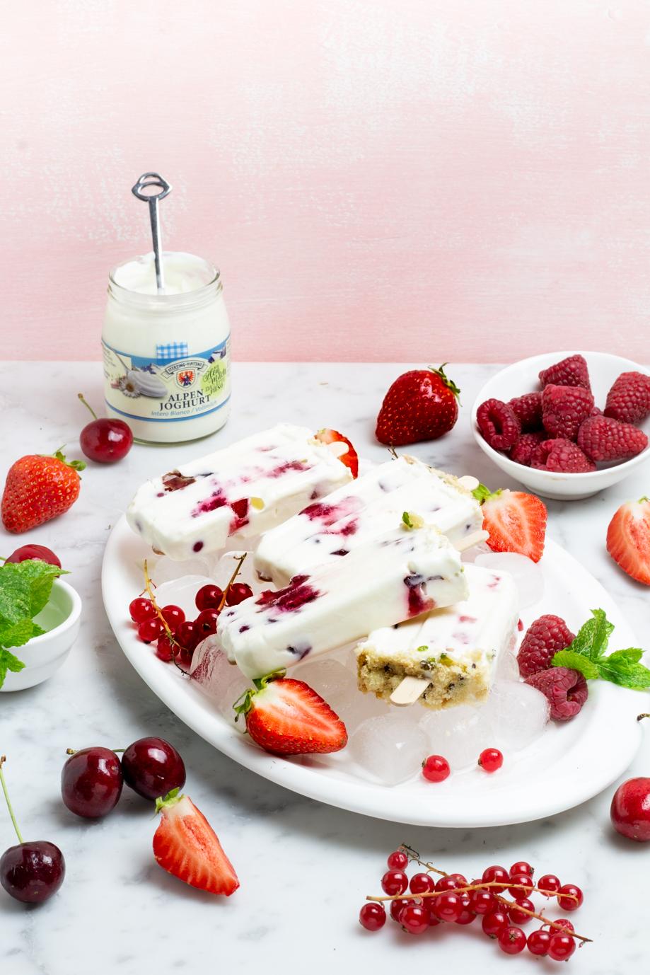 gelato allo yogurt su stecco con frutti rossi