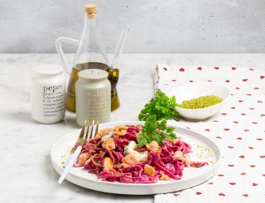Tagliatelle alla barbabietola, salmone e gorgonzola