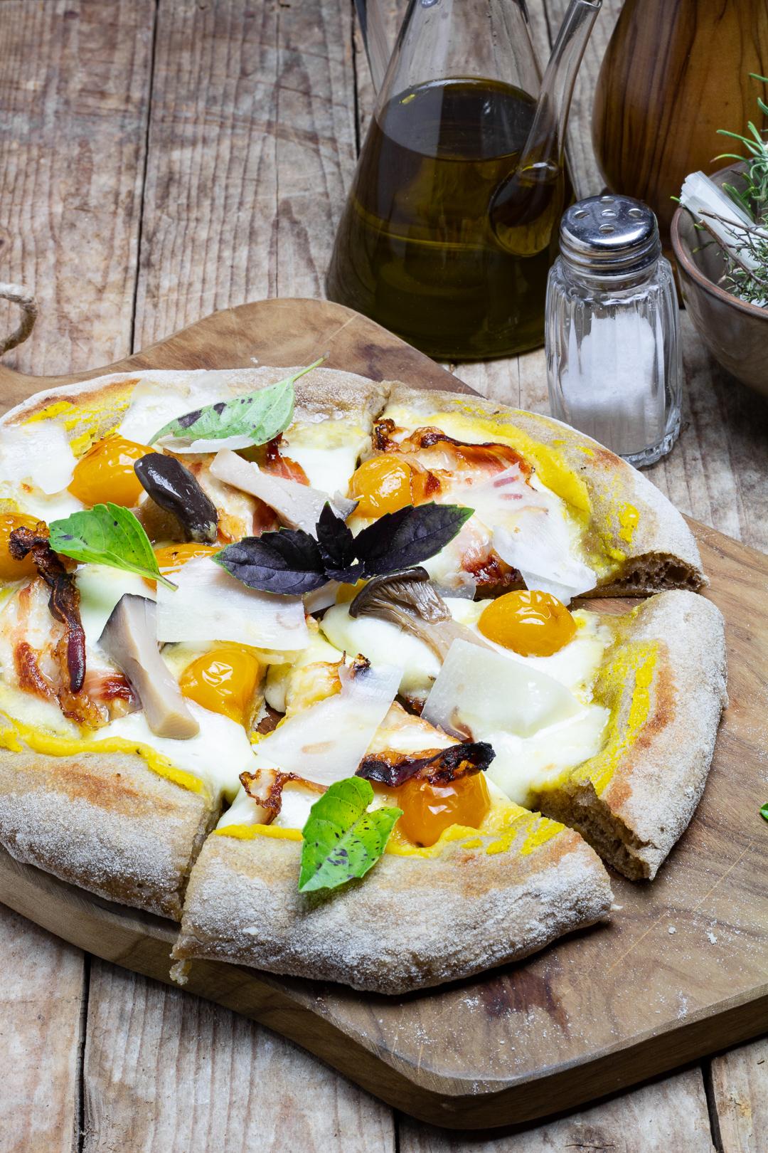 Pizza ai cereali con crema di zucca, guanciale toscano, funghi cardoncelli e scaglie di Pecorino Romano DOP
