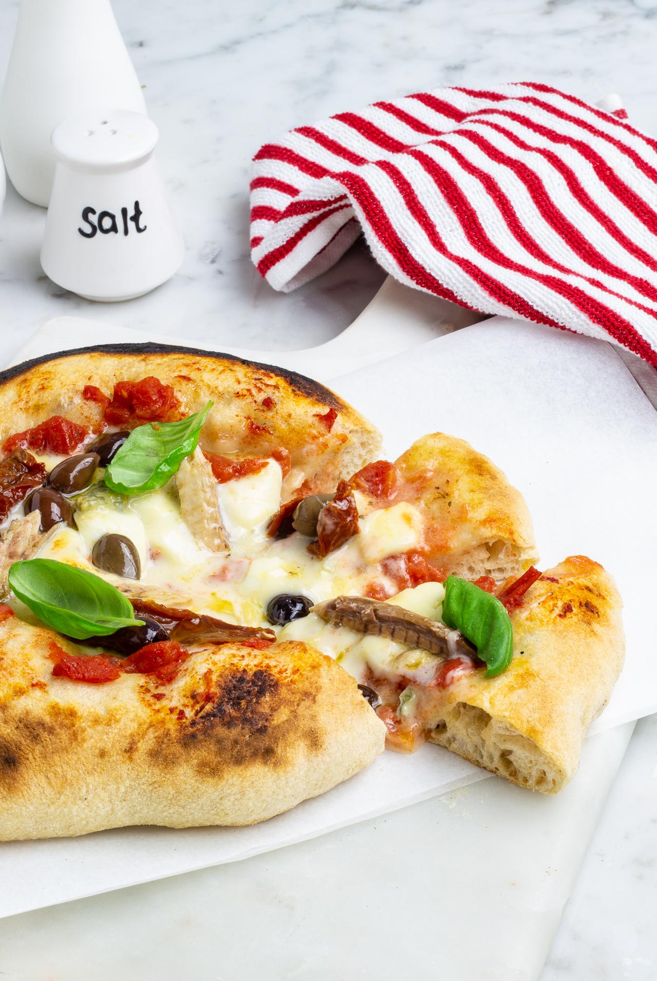 Pizza con il fornetto a pietra refrattaria