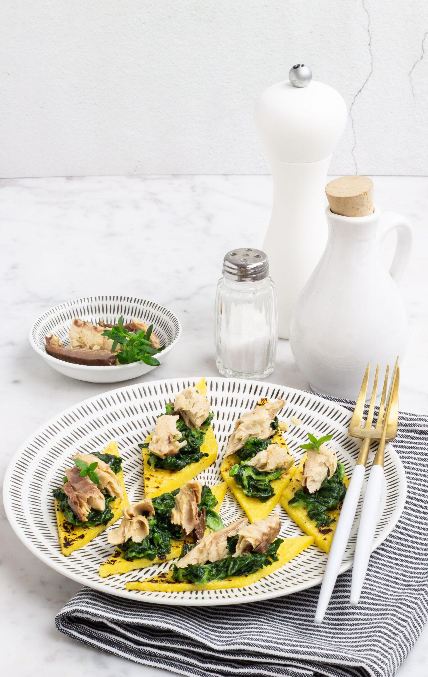 Polenta grigliata con spinaci e sgombro