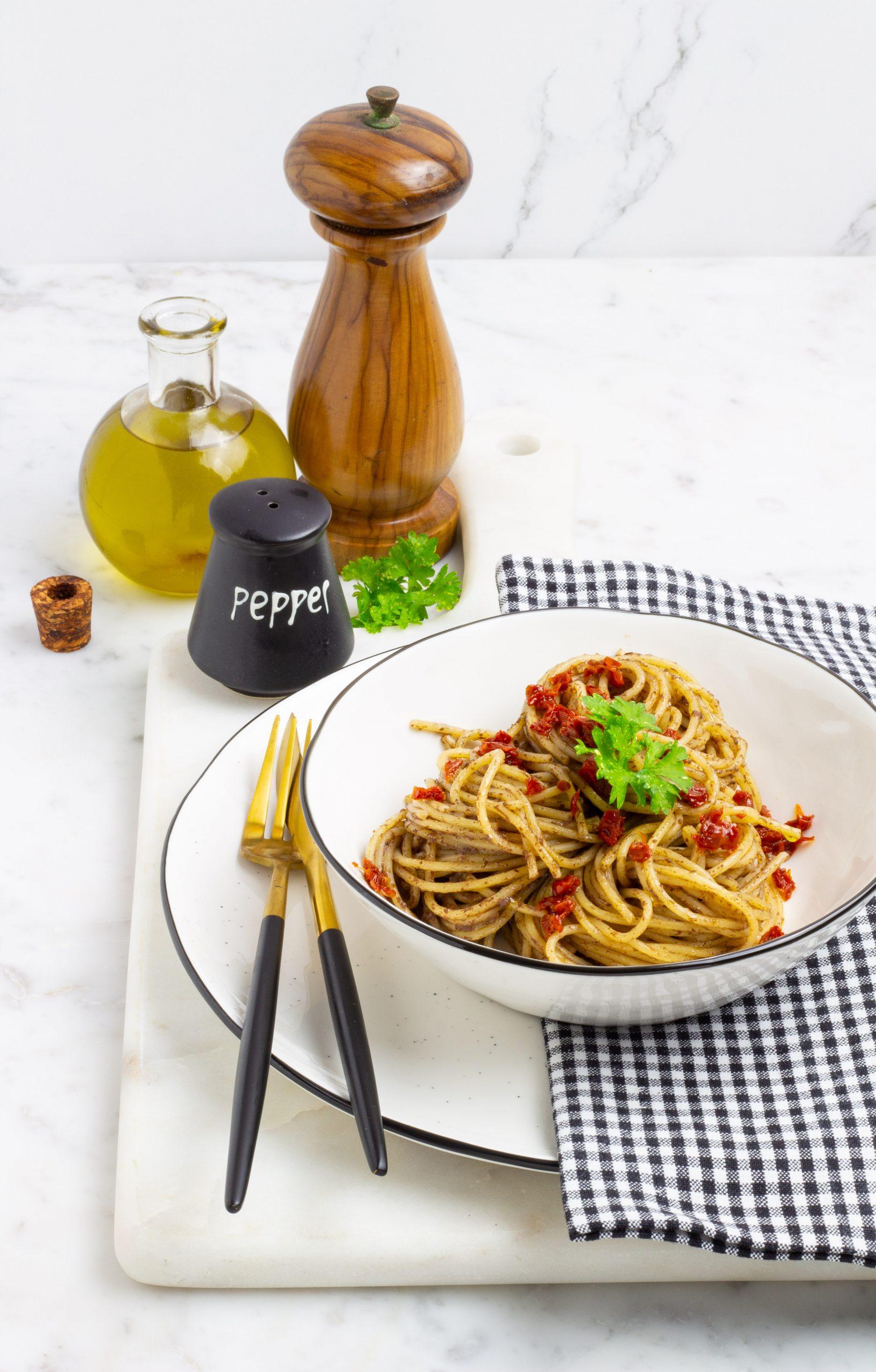 Spaghetti con pesto di olive e pomodori secchi
