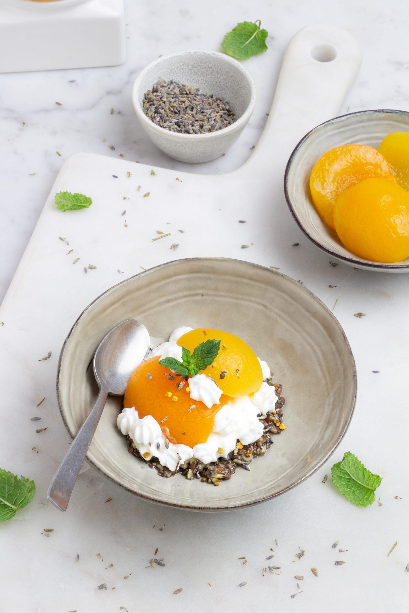 Albicocche melba con croccante di semi e noci pecan