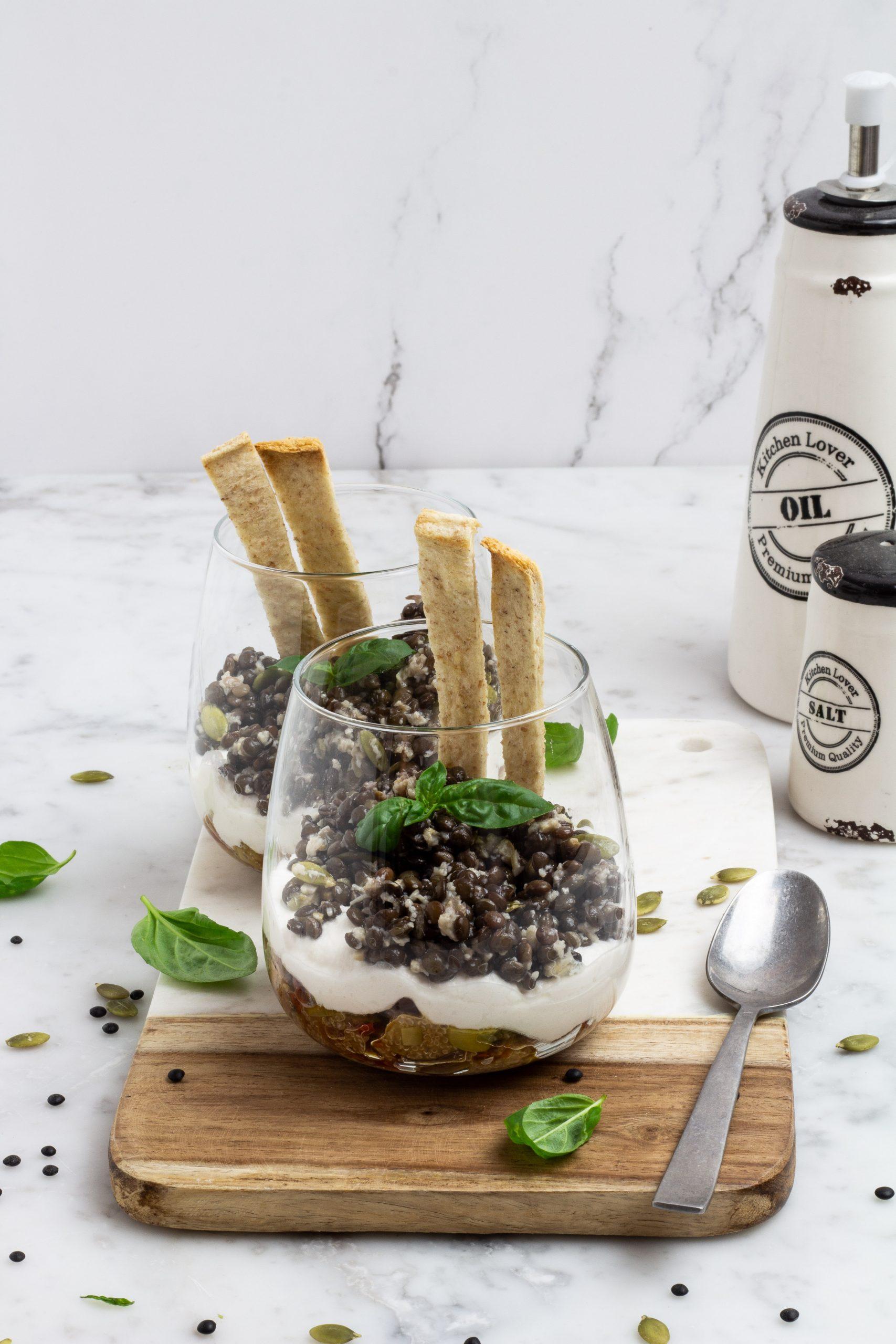 Bicchieri di lenticchie beluga e amaranto con tofu di mandorle